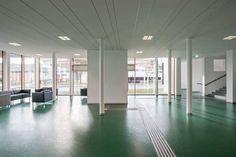 Não somos pisos vinílicos, somos pisos de borracha. Os pisos Nora são 100% de borracha, baseados em qualidade e sustentabilidade com mais de 300 variações de cores e design, totalmente ergonômico, certificação LEED, resistente a manchas, ao grande tráfego comercial e voltado para diversas aplicações. Instalação do piso de borracha norament 926 satura no BAKIP - Federal Institute for Elementary Education em Oberwart | Áustria.