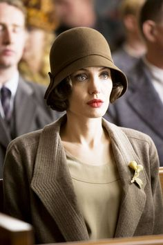 Christine Collins - Angelina Jolie in Changeling - Periode Angelina Jolie Movies, Angelina Jolie Photos, Flapper Hat, 1920s Flapper, Flapper Outfit, Christine Collins, Sombreros Cloche, Cloche Hats, Wearing A Hat