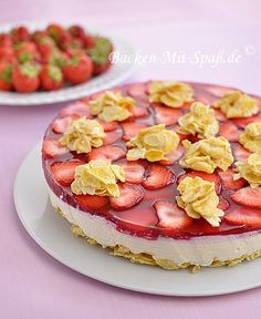 Erdbeer Cornflakes Torte (Strawberry Cornflake Cake). A light cake without baking, for the summer. Super crispy base with mild, creamy yogurt cream filling and it jello with fresh, sweet strawberries.