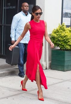 Victoria Beckham Photos Photos: Victoria Beckham Steps Out in NYC Victoria Beckham Outfits, Victoria Beckham Style, Classic Work Outfits, Classy Outfits, Yellow Sundress, Victoria Fashion, Mother Of Bride Outfits, Copenhagen Fashion Week, Elegant Outfit