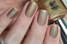 Sparks Divine is an antique gold with extraordinary shimmer in direct light.   Picture by Clelianna --> https://www.instagram.com/p/BRJk2gEAdC6/