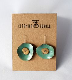 Handmade ceramic earrings, made of red clay and treated with an esmerald green glaze of my own recipe. Ceramica Fonoll on Etsy. Ceramic Jewelry, Enamel Jewelry, Ceramic Beads, Metal Jewelry, Ceramic Art, Jewelry Crafts, Jewelry Art, Ideas Joyería, Paperclay