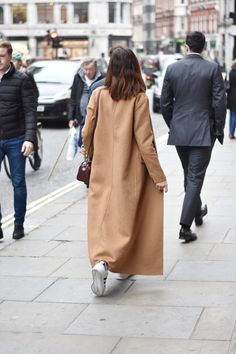 midilema.com | London getaway (part 2) | Lucía Peris is wearing Topshop brown maxi coat, Forever 21 ripped boyfriend jeans, Tiber classic camel watch, Mango cream turtleneck sweater, Coach burgundy crossbody bag, Adidas Superstar sneakers in black and white. Long bob hairstyle. topshopstyle