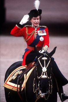 Queen Elizabeth on horseback. Royalty and women road side saddle :) You may want to observe the medals on the Her Majesty Jacket :) Thank You for sending the Queen of England :) Hm The Queen, Royal Queen, Her Majesty The Queen, King Queen, Trooping Of The Colour, English Royal Family, Isabel Ii, Royal Life, Queen Elizabeth