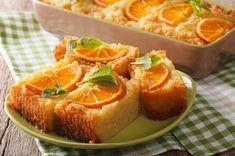 İrmikli, bol portakal kokulu bir keke ılık ılık şerbet veriyor, ardından dilim dilim afiyetle yiyoruz. Karşınızda portakallı irmik keki tarifi.