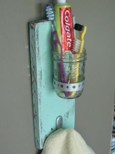 Mount mason jar with hook below for simple bathroom idea to store toothbrush and paste. Then hang the hand towel below. Add another bigger jar for the blow dryer. Great idea for small spaces. Do It Yourself Furniture, Do It Yourself Home, Do It Yourself Inspiration, Diy Casa, Bathroom Kids, Bathroom Storage, Kids Bath, Bathroom Wall, Bathroom Stuff