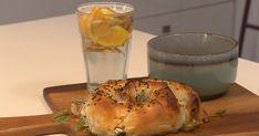 Spanakopita met een pompoensoepje | BinnensteBuiten Spanakopita, Bagel, Favorite Recipes, Bread, Food, Meal, Essen, Hoods, Breads