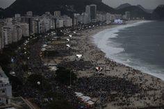 Vista de la playa de Copacabana repleta de gente a la espera del Papa Francisco, quien participará del Vía Crucis esta noche en Río de Janeiro. (Reuters)