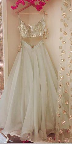 Ideas For Indian Bridal Wear Saree Colour Indian Bridal Outfits, Indian Designer Outfits, Designer Dresses, Indian Outfits Modern, Indian Designers, Jugend Mode Outfits, Indian Gowns Dresses, Indian Wedding Dresses, Indian Reception Outfit