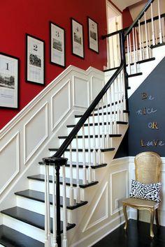 déco entrée maison et escalier tournant en rouge, blanc et gris