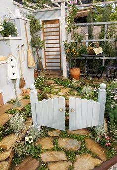 第13回国際バラとガーデニングショウの続きです。 素敵なガーデンの数々でした。 こんな、素敵なドアから入ってみたい~ ... Green Garden, Garden Art, Garden Design, Ladder Decor, Small Gardens, Pathways, Garden Inspiration, Garden Landscaping, Entrance