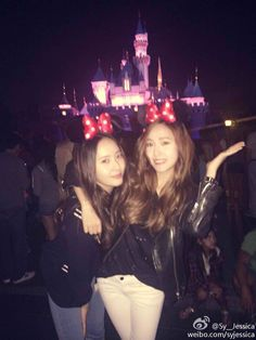 Celebrity K-pop sisters Jessica and Krystal have gone to Disneyland together, just the two of them! The two K-pop stars decided to blow off some steam and relax. Krystal Jung, Krystal Sulli, Jessica & Krystal, Jessica Jung, Sooyoung, Yoona, Snsd, Sisters Goals, Ice Princess