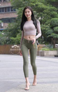 Asian Woman, Street Style, Pants, Dresses, Street Fashion, Women, Trouser Pants, Vestidos, Urban Fashion