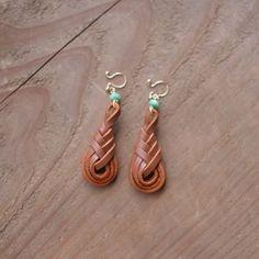 Diy Macrame Earrings, Diy Leather Earrings, Leather Keyring, Diy Earrings, Leather Jewelry, Earrings Handmade, Leather Carving, Leather Art, Leather Cuffs