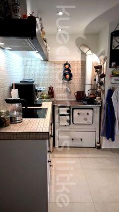 Ein Alter Küchenofen Wurde Hier In Eine Neue Landhausküche Integriert,  Dafür Sind Die Angrenzenden Einbauten
