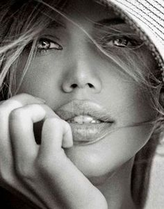 She has a lovely face, sparkling gaze and full lips. Black And White Portraits, Black And White Photography, Girl Face, Woman Face, Beautiful Lips, Beautiful Women, Foto Portrait, Portrait Ideas, Photographie Portrait Inspiration
