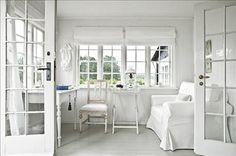 Nyanser av vitt i det fridfulla lilla rummet. Skrivbordet, brickbordet och lampa är arvegods från Wenches familj.  Den lilla gustavianska stolen är köpt på auktion. Fåtölj och enkla bomullsgardiner från Ikea.