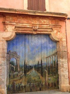HIS: Двери всегда открывают путь в другие миры – иногда в параллельные вселенные, чаще – в дома или комнаты. При этом выглядеть фантастически могут не только двери, выполняющие функцию магического портала. Доказательство – в нашей подборке самых удивительных дверей из разных уголков мира. Впрочем, что-то нам подсказывает, что среди них есть и те, через которые можно попасть в какую-нибудь сказочную страну.