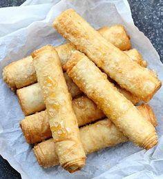 I dolci marocchini sono un tripudio di profumi. Di fiori d'arancio, mandorle, sesamo, fichi, datteri e acqua di rose, di anice e di miele....