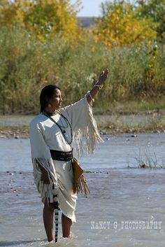 Native Women of the plains | Native American Indian women worshiping the sun while standing in ...