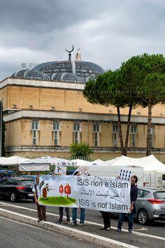 """Roma, 19 Settembre  2014<br /> Manifestazione  contro  ISIS ( Stato Islamico).<br /> Uno striscione con la scritta: """"ISIS non è Islam"""" esposto da un gruppo di italiani ed immigrati davanti alla Moschea Grande  di Roma, durante la preghiera del Venerdi.<br /> Rome, 19 September 2014 <br /> Demonstration against ISIS (Islamic State). <br /> A banner with the inscription: """"ISIS is not Islam"""" exhibited by a group of Italian and immigrants  in front of the Grand Mosque of Rome, during prayers on…"""