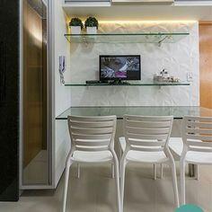 Cozinha projetada pela @mirellaprocopioarquitetura utilizando o revestimento Couche matte com acabamento de borda retificado da @ceramicaportinari e as cadeiras sofia da @tramontinaoficial, bastante moderna, bonita e robusta. Ficou um charme, né? 😍  Temos pronta entrega! Venha conferir. 😉 #revestimentos #ceramicaportinari #projetos #arquitetura #cozinha #prontaentrega #cadeiras #tramontina #design #mirellaprocopioarquitetura