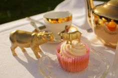 Gold Horse Cake Topper Centrepiece Decoration Prop Animal lovers Nature Woodland Golden Metallic Hippos Pony Equestrian - #animal #centrepiece #decoration #horse #Lovers #nature #topper - #HippoCake Unique Centerpieces, Centerpiece Decorations, Centrepieces, Hippo Cake, Horse Cake Toppers, Golden Horse, Birthday Cake Toppers, Pretty Cakes, Special Occasion
