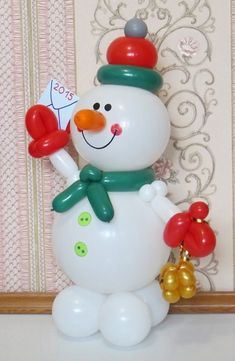 "Balloon Snowman delivering a ""Happy New Year"" letter! Balloon Centerpieces, Balloon Decorations Party, Xmas Decorations, Balloon Ideas, Ballon Arrangement, Mery Chrismas, Christmas Balloons, Balloon Display, Balloon Crafts"