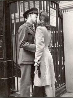 Couples Vintage, Vintage Kiss, Vintage Romance, Vintage Love, Vintage Art, Military Love, Military Dating, Robert Doisneau, True Romance