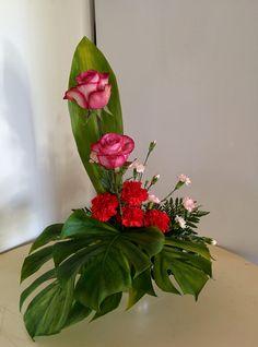 5/2 Altar, Rose Arrangements, Flower Arrangement, Composition, Sympathy Flowers, Arte Floral, Bongs, Ikebana, Diy Flowers
