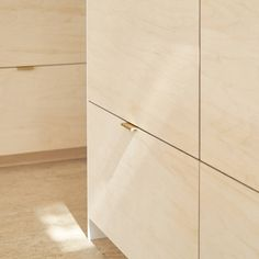 Birch plywood kitchen doors and drawer fronts with satin brass edge pull handles are paired with a beautiful cork floor and simple white Quartz worktop in this clean modern london extension Kitchen Pulls, Kitchen Cabinet Handles, Kitchen Hardware, Kitchen Doors, Timber Kitchen, Plywood Kitchen, Kitchen Flooring, Interior Design Kitchen, Interior Decorating