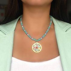 Collar Corto con Dije de Mandala, Cristales Azules Claros.y Broche en Oro Goldfilled.