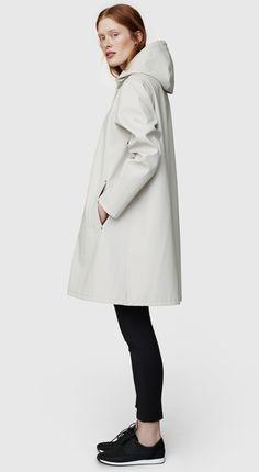 Shop the Mosebacke raincoat in Light Sand. Free worldwide shipping.