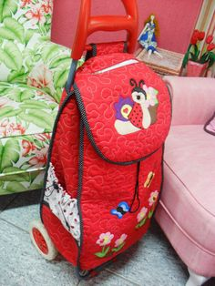 Dit sal so mooi wees om vir jouse te doen Rolling Bag, Shopping Cart Cover, Diy Embroidery, Couture, Fabric Crafts, Saddle Bags, Fashion Backpack, Purses And Bags, Knit Crochet