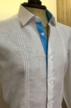 #camisa #lino #personalizada #slim #fit Tailored Shirts, Casual Shirts, Mens Shirt Pattern, Suit Fashion, Mens Fashion, Corporate Shirts, Guayabera Shirt, Half Sleeve Shirts, Designer Suits For Men