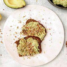 Grovt rågbröd med krämig avokado är en favoritkombination. Ta avokadoröran till nästa nivå med rosépeppar, krispiga solrosfrön och citron för härlig syrlighet. Så lätt, så gott!