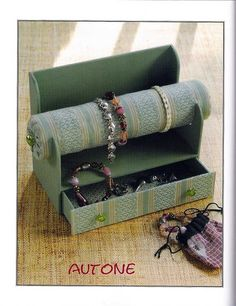 ¿Seguimos con el cartonaje? (pág. 49)   Aprender manualidades es facilisimo.com Jewellery Organizer Diy, Jewelry Display Box, Jewellery Storage, Bead Storage, Diy Storage, Selling Jewelry, Jewelry Shop, Jewelry Ideas, Cardboard Crafts