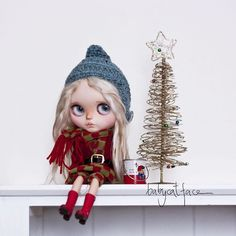 """""""I don't like these clothes mummy, they itch. Anyway, Merry Christmas to all of you! """" ••• """"No me gusta esta ropa mama, me pica. De todos modos, Feliz Navidad a todos!"""" . #babycatfacedollies #blythe #blythedoll #blythedolls #blythestagram"""