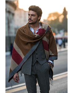 Cape Addiction - the final winter trend of 2016 Mode Masculine, Mdv Style, Men's Style, Mens Poncho, Street Style Magazine, Poncho Outfit, Future Clothes, Elegant Man, Latest Mens Fashion