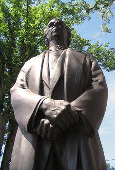 File:Statue de Sir Laurier en contre plongé.jpg