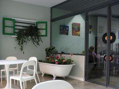 Los restaurantes para niños deben ser divertidos como el Canguro Verde con pizarras. Canguro verde     info@canguroverde.com      Calle del General Prim, 1, 46005 Valencia, España      Tel.: 962066654 Kangaroos, Green, Chalkboards, Street