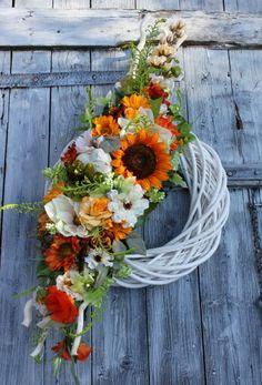 jesienny wianek Grapevine Wreath, Flower Decorations, Funeral, Flower Arrangements, Diy And Crafts, Centerpieces, Floral Wreath, Wreaths, Halloween