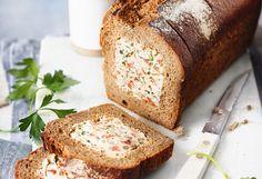 Paprika mit einem Sparschäler schälen. Halbieren, entkernenund in 3 mm große Würfel schneiden. Schalottenund Knoblauch schälen und fein hacken. Öl ineiner Pfanne erhitzen, Schalotten und ... Snacks, Banana Bread, Desserts, Food, Brown Bread, Whole Wheat Flour, Crack Bread, Dessert Ideas, Food And Drinks