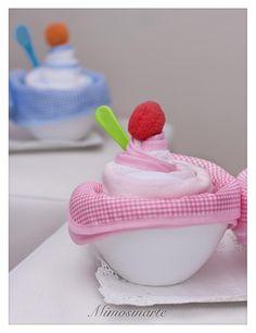 Cupcakes de pañales y ropita de bebé Compuestos por: -2 bodis -2 pañales -presentados en una cajita de cartón con tapa transpa...