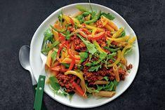 Vegetarische pasta met tomatensaus, paprika en vegagehakt! Net zo lekker. - Recept - Allerhande Carbonara Recept, Veggie Pasta, Healthy Recipes, Healthy Food, Veggies, Beef, Ethnic Recipes, Mad, Drinks