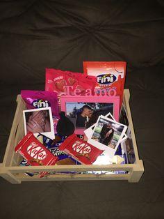 Cute Birthday Gift, Cute Valentines Day Gifts, Diy Birthday, Simple Birthday Gifts, Creative Gift Baskets, Creative Gifts, Boyfriend Anniversary Gifts, Boyfriend Gifts, Craft Gifts