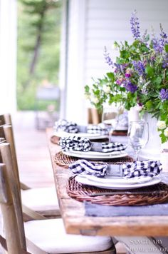 Home Interior Velas Tips for Creating a Casual Outdoor Summer Table.Home Interior Velas Tips for Creating a Casual Outdoor Summer Table Rustic Outdoor Decor, Outdoor Dining, Outdoor Tables, Outdoor Spaces, Outdoor Table Settings, Casual Table Settings, Beautiful Table Settings, Table Setting Inspiration, Porch Decorating