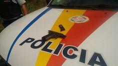 Dois homens foram presos após atirarem contra uma viatura policial, por volta de 11h30 deste domingo (21), no Setor Habitacional Nova Co...