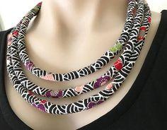 Collier conçu en tissu japonais de qualité est unique et un embellissement merveilleux à votre tenue. La fermeture à bascule, perles capuchons d'extrémité sont en plaqué argent. Perles en corail teintes. Insert de corde de coton. Dimensions: Dos de la nuque à l'avant centre Centre