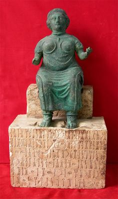"""Bronze statue found in Timna' (Qatabān), named """"Lady Bar'at"""", now kept at the National Museum of Aden (Yemen)."""